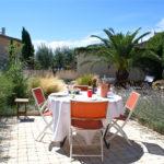 jardin avec table pour le repas